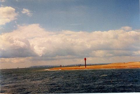 さらに進入すると左(ポートサイド、左舷側に突き出た、砂のバンクが. 微かに遠くに見えるのが、ワイト島です。